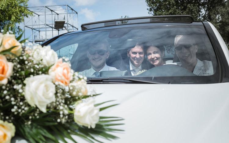 Bruidsreportage - Gezellig met z'n alle in de trouwauto