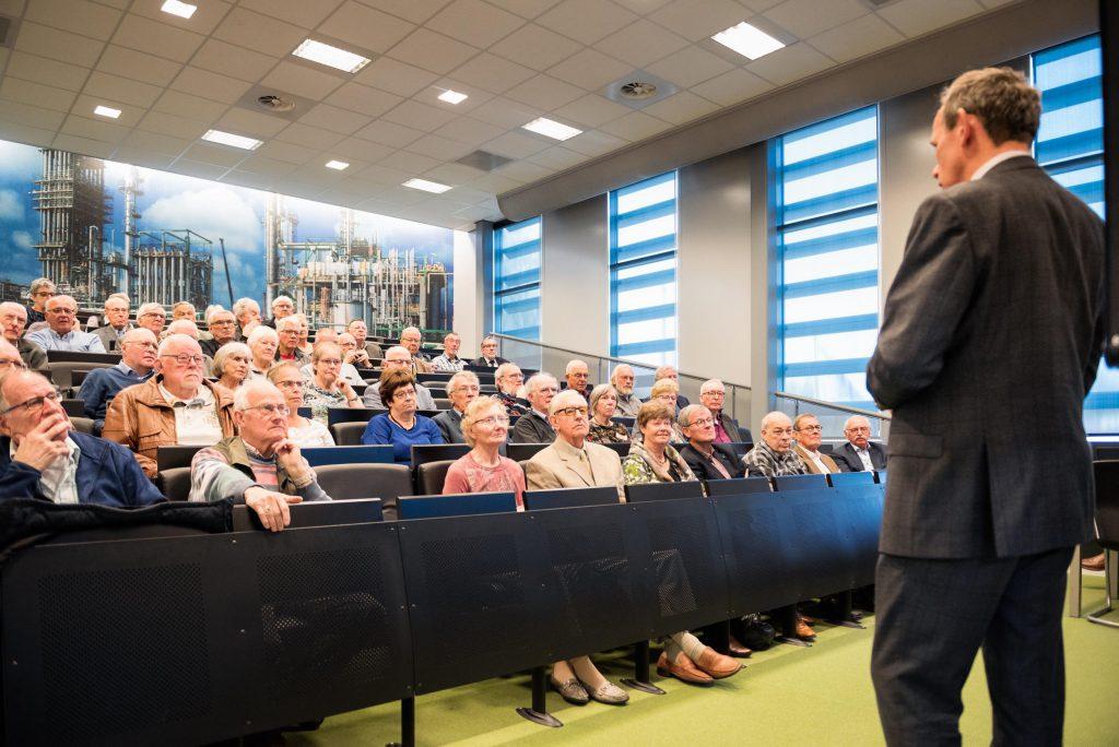 Foto: Oud-medewerkers STC kijken aandachtig naar de presentatie over nieuwe doelen van de scholengemeenschap